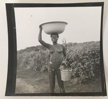 Afrique. Femme Aux Seins Nus Portant Une Bassine Sur Sa Tête. Bénin. Cotonou. - Afrique