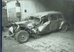 Photo Negatif 13 X 18 TRACTION CITROEN ABIMES DEVANT UN GARAGE CARROSSIER 1958 SAINT GIRONS Collection FAURE - Cars