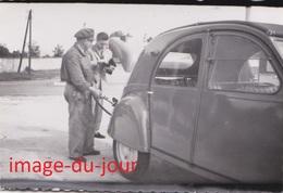 Photo Ancienne  VOITURE CITROËN 2CV STATION SERVICE POMPE A ESSENCE AUTOMOBILE - Automobiles