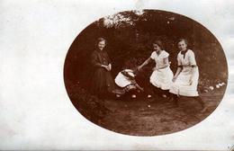 Carte Photo Originale En Médaillon, 4 Jeunes Adolescentes Citées Au Dos Jouant Aux Boules Vers 1910 à Burger Garten - Personnes Identifiées