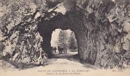 GERARDMER.CPA. ANIMATION AU TUNNEL DE LA ROCHE DU DIABLE SUR LA ROUTE DE LA SCHLUCHT. + TEXTE MILITARIA DU 5/6/18 - Gerardmer