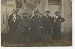 Photographie D'époque - Groupe D'hommes Avec Instruments De Musique, Devant Un Drapeau - A Identifier (X71) - Photographie