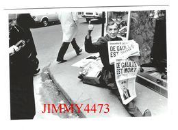CPM - DE GAULLE EST MORT - Vendeur De Journaux Paris 1970 - Gilles PERESS / Magnum - Edit Hazan Paris 1996 - Recto-Verso - Funérailles