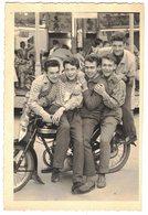 FÊTES De CAZOULS LES BEZIERS 1957 SUPERBE PHOTO SOUVENIR 5 COPAINS SUR UNE MOTO TERROT AVEC FANION ROMA Et MANEGE FORAIN - Lieux