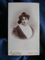 CDV Photo Emile Héry à Salon - Portrait Jeune Femme, Coiffe Régionale, Arlésienne Circa 1895 L436 - Antiche (ante 1900)