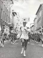 Photo. Professionnelle : Tournon - Ardèche - Majorettes Nice à Confimer : Féte Des Fruits Et Des Vins - 1972 - - Lieux