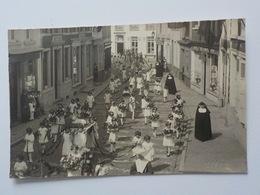 Début 1900 CP Photo Soignies Procession Avec Filles Et Soeurs Commerce Rorive Plombier Zingueur - Soignies