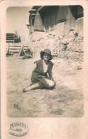 PIN UP FASHION WOMEN FEMMES Mode Lady W Hat Chapeau Elegant Sat By The Beach - Original Vtg Photo PC 1930 - Pin-Ups