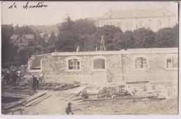 CARTE PHOTO ECRITE DE LONS LE SAUNIER EN 1922 PAR L'ARTISAN : CONSTRUCTION D'UN BATIMENT - MACONS - CHANTIER - 2 SCANS - - Lons Le Saunier