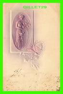 FLEURS - FEMME CUEILLANT DES ROSES D'UN ROSIER - EMBOSSÉE - CIRCULÉE EN 1904 - - Fleurs