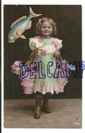 Photographie Et Collage. Petite Fille, Poisson Collé, Paniers De Fleurs. 1907 - 1er Avril - Poisson D'avril
