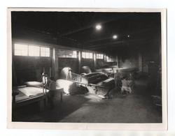 GRANDE PHOTO - PHOTOGRAPHIE L. FAURE - TERRASSON - OUVRIERS TRAVAILLANT DANS USINE - - Métiers