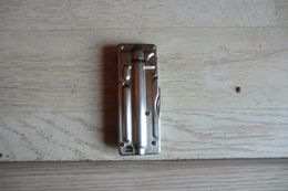 Briquet à Gaz Avec Canif En Métal - Livret Sans Pierre Et Sans Gaz - Dimensions Du Briquet 8 X 3 Cm - Briquets