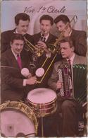 CPA Vive Ste Cécile - Orchestre Avec Accordéon Maugein, Batterie, Trombone, Trompette, Clarinette - Muziek En Musicus