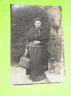 PHOTO Carte Postale Vers 1900 - Tenue Vestimentaire Femme Au Panier En Osier / 37 - Anonyme Personen