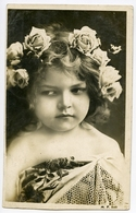 PRETTY GIRL WITH ROSES GARLAND IN HAIR - Ritratti