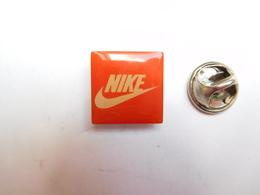Beau Pin's , Marque Nike , Petit Modéle , 15X15 Mm - Marques