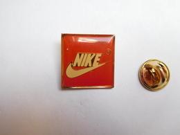 Beau Pin's , Marque Nike , Moyen Modéle , 19X19 Mm - Marques