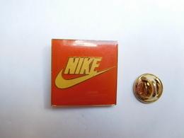 Beau Pin's , Marque Nike , Grand Modéle , 24X24 Mm - Marques