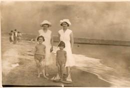 Photo. CPA. Femmes Et Enfants Au Bord De La Plage. 85.  Croix De Vie.  1931. Scan Du Verso. - Saint Gilles Croix De Vie