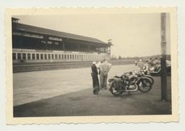 Kleines Privat Foto Motorrad Bike Nürburgring Start Und Ziel Tribüne 1951 - Motorräder