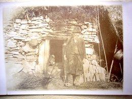 Carte Postale Photo Ancienne Un Miséreux Devant Son Abri En Pierres à Situer 1915 - Fotografia