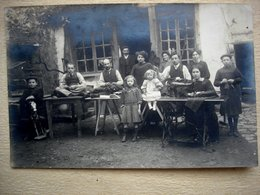 Carte Postale Photo Ancienne échope De TAILLEUR Très Animée 1911 à Situer - Artigianato