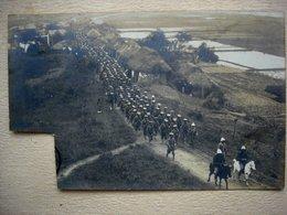 Carte Photo Timbre Découpé 2 Eme Régiment De Tirailleurs Tonkinois En Marche à Sept Pagodes Vietnam TONKIN 1902 - Andere Kriege