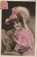 Artiste Femme Miss FORGETH Avec Lionceau - Couleur : Rose - Photo Moreau & Kivatizky - Artistes