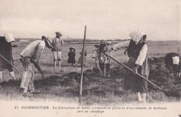 CPA. NOIRMOUTIER LA FABRICATION DU BOUZA COMPOSE DE PAILLE ET EXCREMENTS DE BESTIAUX SERT AU CHAUFFAGE. - Noirmoutier