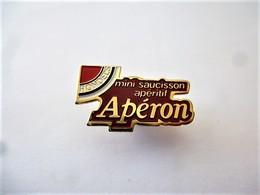 PINS ALIMENTATION MINI SAUCISSON APERITIF APERON Signé Stadium / 33NAT - Food