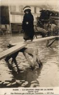 CPA PARIS La Grande Crue 1910 Une Parisienne (577865) - La Crecida Del Sena De 1910