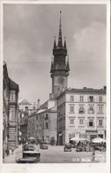 """ZNAIM - Hauptplatz, Alte Autos, Schöne Fotokarte 1935, Karte Mit Sonderstempel """"ATOME IM … """" Und Marke 1955 - Tschechische Republik"""