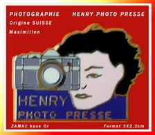 """SUPER PIN'S PHOTOGRAPHIE : Pour HENRY PHOTO PRESSE """"Prise De Vue"""" Signé MAXIMILIEN Origine SUISSE Zamac Or 3X2,2cm - Fotografie"""