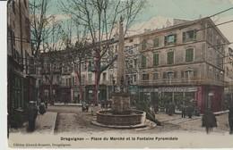 C.P.A.. - DRAGUIGNAN - PLACE DU MARCHE ET LA FONTAINE PYRAMIDALE - GIRAUD MAMERT - CAFÉ DES NÉGOCIANTS - Draguignan