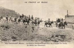 LA FRANCE AU MAROC - TAOURIRT LE GENERAL BAILLOUD INSPECTANT LES TROUPES DU CAMP LE DEFILE DES CHASSEURS - Maroc