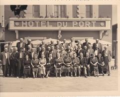 L'AIGUILLON-sur-MER  - Cliché D'un Groupe De Personnes Devant L'Hôtel Du Port , Rue De Belle-Vue    - Voir Description - France