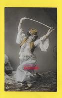 CPA ֎  Femme Costume Arabo - Turc - Epée Sabre - Perle  ֎ Papier Radium Brom  ֎ - Femmes