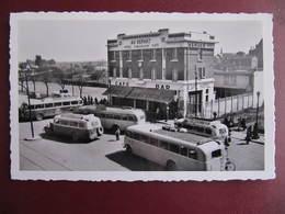 CPSM - SAINT QUENTIN - CAFE HOTEL RESTAURANT - AU DEPART - A. BESANCON - AUTOBUS - Saint Quentin
