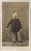 CDV 1860-70 . Petit Garçon En Blouse Avec Baton Et Cerceau . - Photos