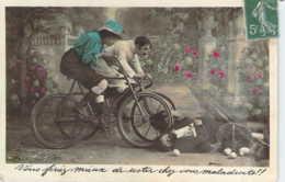 Carte Fantaisie Accident De Vélo Ou Bicyclette Bien Simulé Femme En Jupe-culotte Renversant Un Monsieur Et Ses Oeufs - Autres