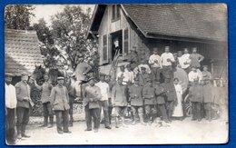 - Carte Photo  -  Soldats Allemands  -- Dans Un Village - Guerre 1914-18