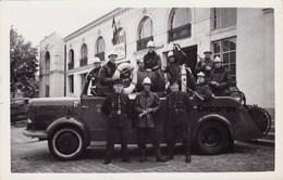 Photo : Sapeurs Pompiers Avec Leur Camion , Ville à Identifier ? - N°1 - Sapeurs-Pompiers