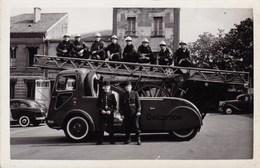 Photo : Sapeurs Pompiers Avec Leur Camion , Ville à Identifier ? - N° 2 - Sapeurs-Pompiers