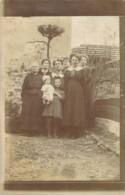 Carte Postale Photo Groupe De Femmes Avec La Petite Fille Montrant Fièrement Sa Grande Poupée - Fotografia