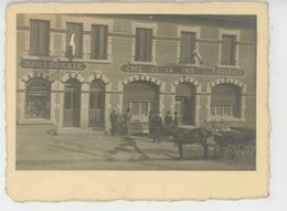 PHOTOS - COMMERCES - A Situer - Beau Cliché Montrant Le CAFÉ DE LA PAIX L. FISCHBACH Et Une HORLOGERIE En 1924 - Cafés