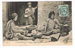CPA. Femme Préparant Le Couscous Et Femme Peignant La Laine   (F.554) - Vrouwen