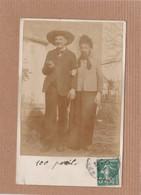 """CPA Carte Photo, Homme Et Femme Déguisés (?),déguisement """"100 Pareil"""", Humour, 1913 - Couples"""