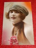 Fantaisies - Femmes - Jolie Jeune Femme à La Rose - Vrouwen
