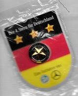 Pin's  Allemand  Automobile  MERCEDES ? Der 4. Stern  Für  Deutschland, Eine  Initiative  Von, Recto  Verso - Mercedes